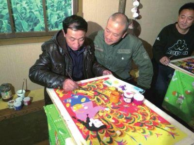 崔自默在东丰中国农民画馆与农民画画家交流