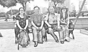 路也、吴思敬、谢冕、潇潇(从左至右)在中国诗歌节期间合影