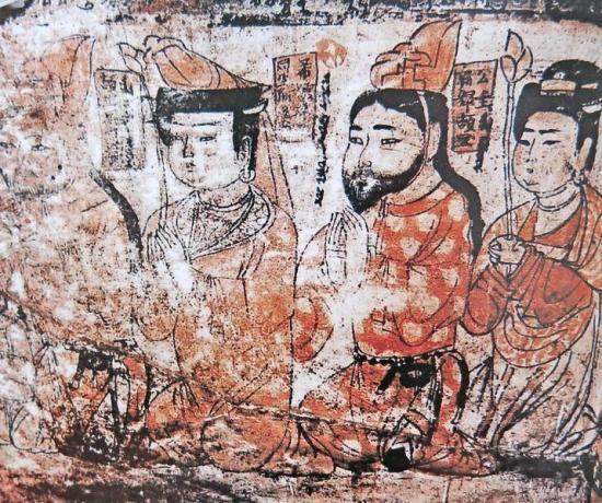 在漫长的中国历史长河中,古代绘画艺术像一道多姿、壮阔的文化景观,绵延而又细长。在新疆,它以鲜明的异域特色,用不同的文物遗迹,从原始社会开始,一直到今天,默默地向我们呈现着新疆古代社会生活的一个个生动场景以及当时人们的精神世界。现在,随着世界当代艺术和中国现代绘画艺术的发展,当我们的理念和思路,追随着时代也在变化发展时,不妨静下心来,回顾一下新疆古代绘画艺术,它们曾是那么古朴、真实、丰富,隐约中,给今天的我们带来某些思考和借鉴。   近日,记者把新疆发掘出土的有关绘画艺术的文物,大致梳理了一遍,从中发现