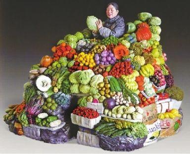 一位手捧大白菜的卖菜大姐,站在摊位前笑容灿烂,她的四周堆满了一箱箱蔬果,南瓜、柠檬、土豆、萝卜、香蕉、洋葱、橙子、茄子、柿子椒不下几十种甚至更多,而艳丽的色彩、栩栩如生的刻画,令这件摆放在一进门位置的雕塑作品柳青的《成果》颇有人缘,人们拍照留影、驻足谈论,不亦乐乎。