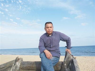 宁肯 1959年生于北京,小说家,早年受诗人北岛影响写诗,1982年在《萌芽》发表诗歌处女作,有15年写诗经历,为其后来的小说写作带来重要影响,小说多有隐喻、象征,注重语言,使他与多数中国小说家区别开来。出版有《蒙面之城》、《天·藏》、《沉默之门》、《环形山》等小说,获得老舍文学奖、首届施耐庵文学奖,入围茅盾文学奖。2014年10月出版最新长篇小说《三个三重奏》。