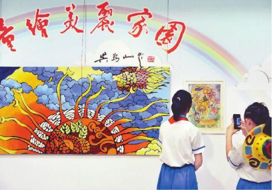 """来到活动现场参加""""童绘美丽家园""""主题绘画创作"""