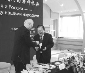 吉狄马加(右)获得由俄罗斯作家协会颁发的肖洛霍夫文学纪念奖章。