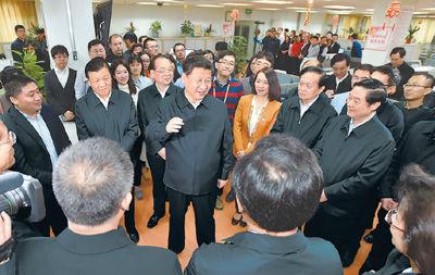 二月十九日,中共中央总书记、国家主席、中央军委主席习近平在北京主持召开党的新闻舆论工作座谈会,并到中央新闻单位调研。这是习近平在人民日报社总编室同编辑们亲切交流。   新华社记者 李 涛摄