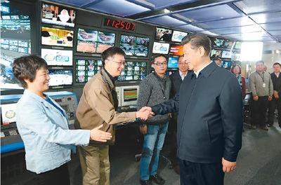 二月十九日,中共中央总书记、国家主席、中央军委主席习近平在北京主持召开党的新闻舆论工作座谈会,并到中央新闻单位调研。这是习近平在中央电视台总控中心同工作人员亲切握手。   新华社记者 马占成摄