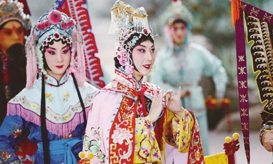 来女士表演著名京剧唱段《霸王别姬》.-中国银行 香港 有限公司助