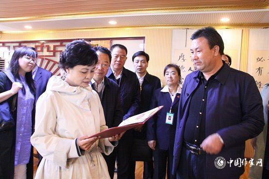 5月13日,中国作协主席铁凝到宁夏基层文协调研。李晓晨 摄