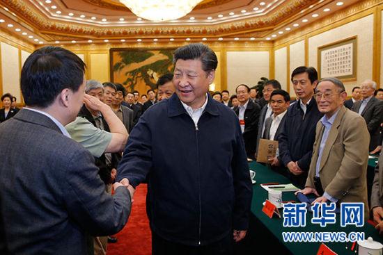 5月17日,中共中央总书记、国家主席、中央军委主席习近平在北京主持召开哲学社会科学工作座谈会并发表重要讲话。这是习近平同与会专家亲切交谈。新华社记者鞠鹏摄