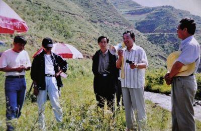孙中信在拍摄现场执导拍摄。