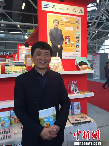资料图:2016年,曹文轩在意大利博洛尼亚国际童书展上。天天出版社供图