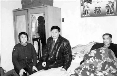 1997年2月9日,习近平和贾大山(右)合影。