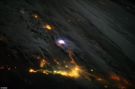 据英国《每日邮报》3月25日报道,国际空间站上的宇航员在太空中拍摄到地球上闪电照亮天空的壮观场景,研究人员希望通过空间站上的仪器设备揭开更多有关闪电的秘密。   利用国际空间站上2013年8月安装的消防站设备,科学家们每天都在尝试观察和剖析闪电球。消防站每天大约可观察到50道闪电。大气学家对雷暴中触发闪电的过程很感兴趣,并希望找出闪电可释放哪些伽马射线。   研究人员称,伽马射线通常与核爆、太阳耀斑以及超新星爆炸有关,但地球伽马射线闪光(TGF)每天却在地球大气层中爆发500次,实在令人惊异。