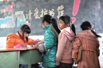 4月23日,世界读书日。 中国新闻出版研究院今日发布的2014年全国国民阅读报告显示,中国9至18岁未成年人的课外书阅读率和阅读量有所下降。 值得注意的是乡村儿童阅读存在突出问题,经济欠发达地区的农村留守儿童和随父母进城务工的打工子弟对读书的渴望非常高,但由于经济条件、图书室关闭及难以读到适合的图书等原因,他们很难拥有一本属于自己的图书。