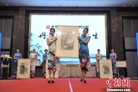 图为身着旗袍的模特展示书画作品. 屈丽霞 摄
